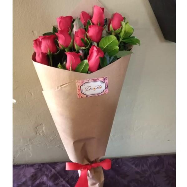 ramo clasico 12 rosas kraft